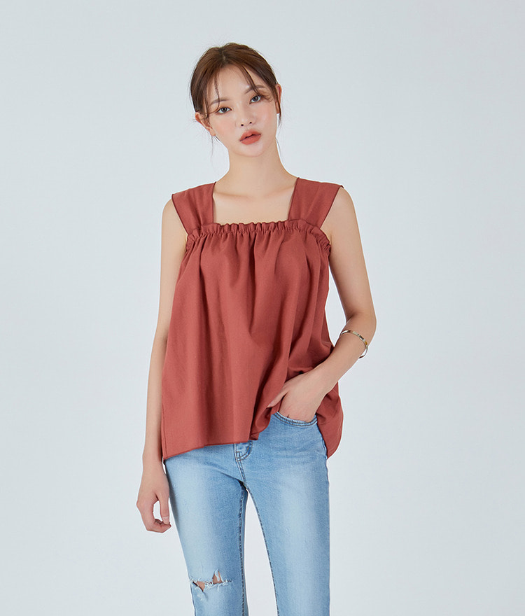 ESSAYSquare Neck Gathered Sleeveless Top
